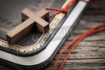 Obraz na płótnie Drewniany krzyż na biblii